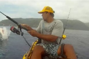 Pescaba en kayak y un tiburón lo ataca - Video