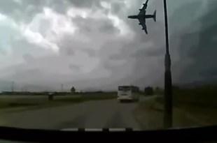 Video: Cae avión en Afganistán; mueren siete personas