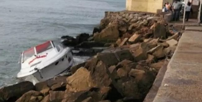 Murió ahogado al tirar al mar las cenizas de su mujer