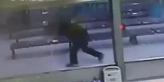 Video fuerte: Chino tira contra el piso a su bebé