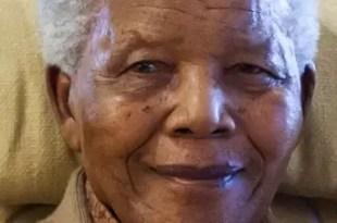 Nelson Mandela conectado a un respirador artificial