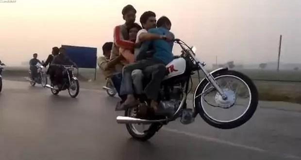 Irresponsable lleva a cuatro personas en su moto - Video