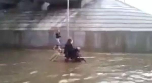 Video: Perro impulsa a discapacitado en una inundación