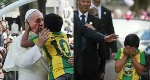 Video: Emoción mundial por saludo del Papa con un niño