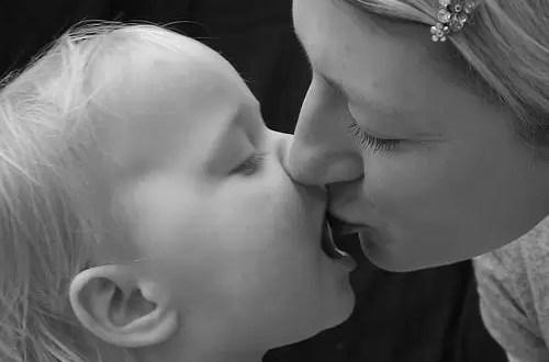 ¿Es una mala costumbre besar en la boca a los hijos?