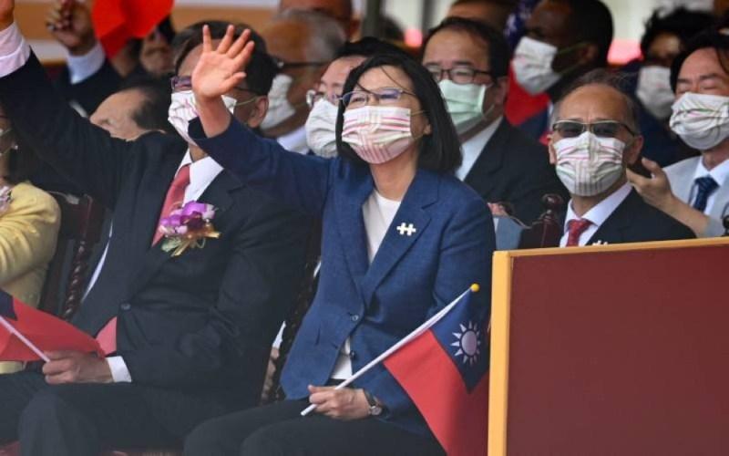 Presiden Tsai Ing-wen melambai tangan ketika hadir pada sambutan Hari Kebangsaan Taiwan di Istana Presiden. - AFP