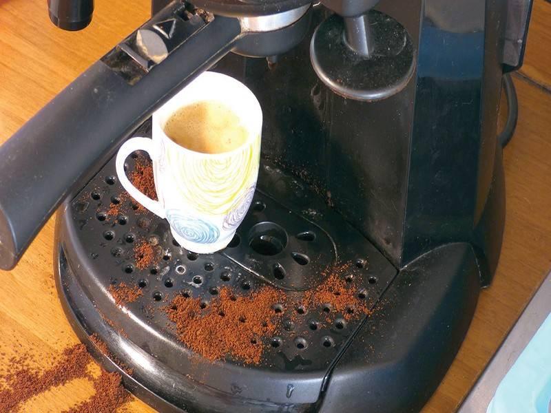 Membersihkan mesin kopi