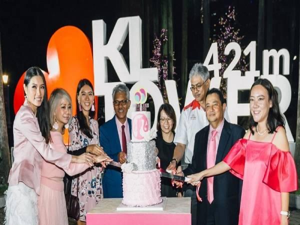Acara memotong kek istimewa sempena Ulang Tahun ke-60 Barbie yang direka oleh Karen Leong.