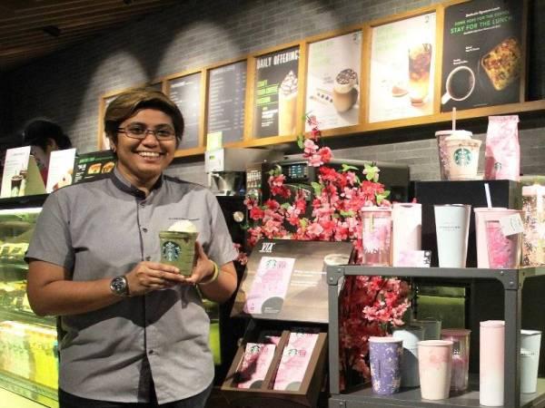 Pengurus Senior Starbucks Malaysia, Zakiah Hanim mempelawa merasai minuman perisa baharu Starbucks