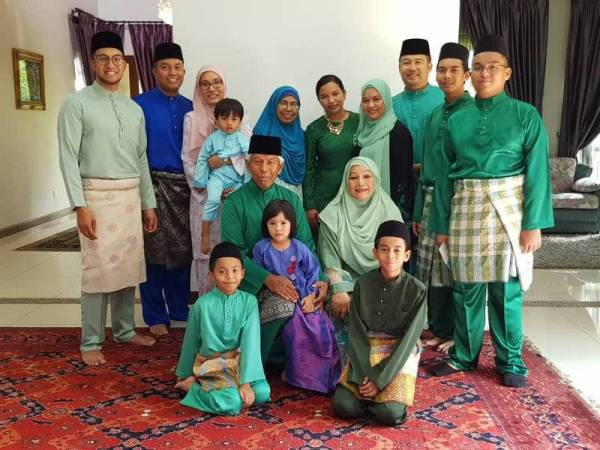 Keluarga bahagia Fiq ketika menyambut Syawal
