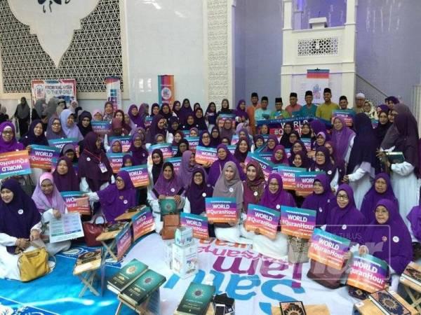 Antara peserta wanita yang menjayakan World #QuranHour di Masjid Kota Iskandar di sini hari ini.