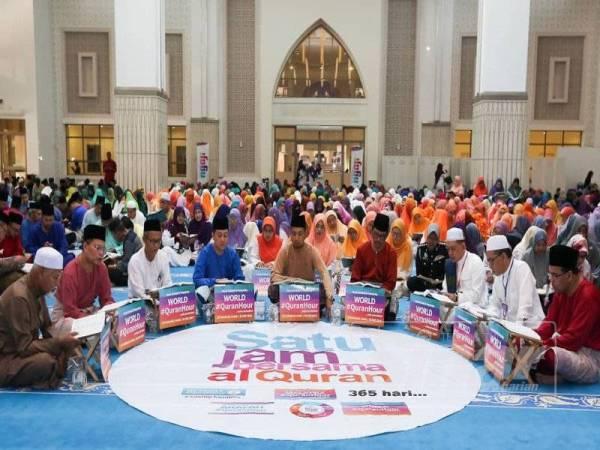 Menteri Besar, Datuk Dr Sahruddin Jamal turut hadir menjayakan World #QuranHour di Masjid Kota Iskandar di sini hari ini.