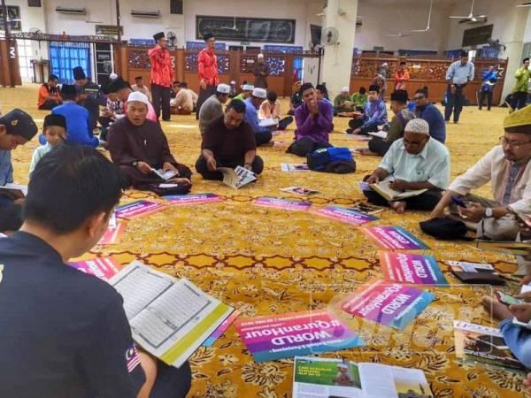 Peserta sedang kusyuk membaca surah Al Kahfi ayat 1 hingga 110 di Masjid Daerah SPT, Bandar Perda.