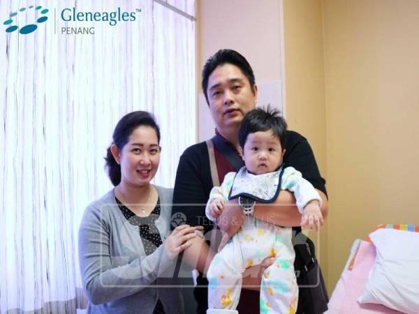 FRANCISCA bersama suami dan anaknya, Ronaldo Melviano Gan yang mendapatkan rawatan.