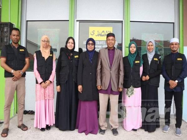 Mohamad Masya'al bergambar bersama kakitangannya di hadapan pejabat Cawangan Alor Setar di Taman Bandar Baru, Mergong di sini.