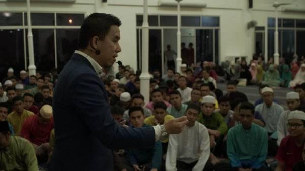 SELAIN street dakwah, Bro Firdaus turut memenuhi undangan di masjid atau surau.