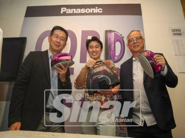 PENGURUS Besar Jabatan Komunikasi Audio Visual Panasonic, Ng Hong Ping (kiri) bersama Pengurus Besar Jabatan Inovasi Pemasaran Panasonic, Chew Keng Heng (kanan) bergambar bersama produk baharu.