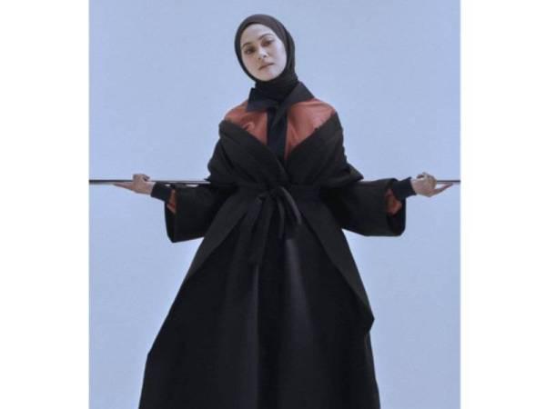 KIMONO karya Nik Erwan juga ideal digayakan wanita berhijab.