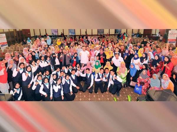 Rahmat Ali dan Muhammad Abu Kadir Ali bersama selebriti, panelis dan peserta yang menjayakan Seminar Celik  Kewangan 2.0 di Primula Beach Hotel, Kuala Terengganu baru-baru ini.- Foto: ROSLI TALIB