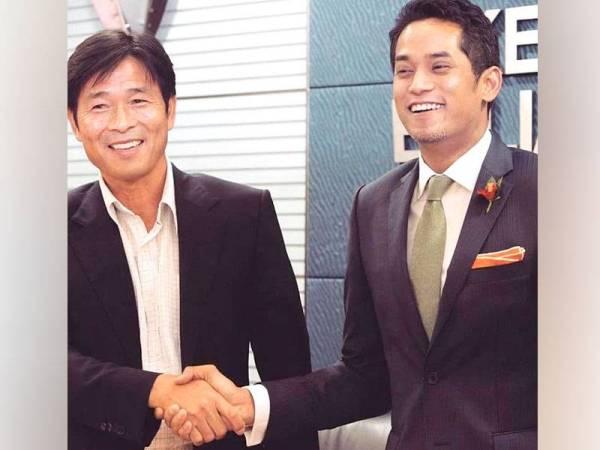 Khairy (kanan) sewaktu memperkenalkan Teong Kim sebagai Pengarah Teknikal NFDP pada 2013. (FOTO: Facebook Khairy Jamaluddin)