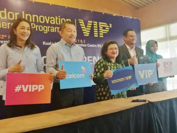 Wan Suraya (tiga dari kanan) bersama wakil 'anchor' yang akan menjayakan VIPP.