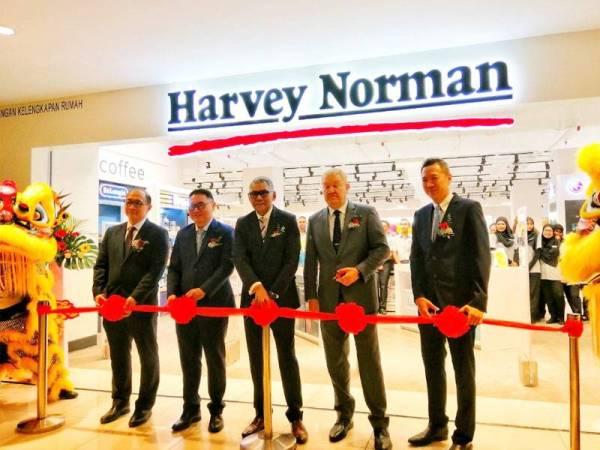 Kenneth (tengah) bersama pengurusan Harvey Norman di pembukaan pusat jualan Harvey Norman di Ipoh Parade hari ini.