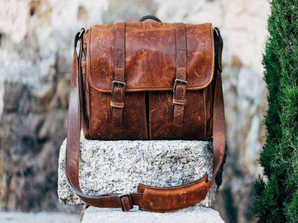 LEBIH dikenali dengan nama satchels kerana rekaan beg bimbitnya yang klasik dengan tali silang.