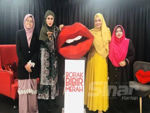 DARI KIRI: Syafiqah, Iesya, Elle dan Ustazah Siti Fatahiyah Mahamood pada program Borak Bibir Merah Sinar Harian Siri 1 yang membincangkan tajuk  Apabila Isteri Diceraikan Secara Zalim di Dewan Karangkraf, Shah Alam, Selangor.