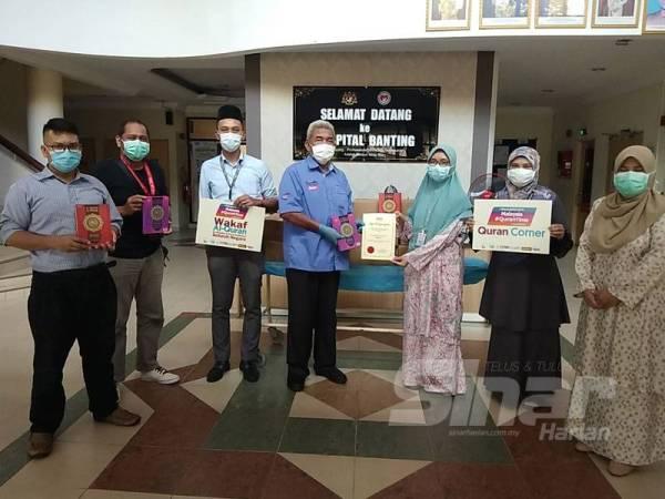 Penyerahan 200 naskhah al-Quran kepada Hospital Banting.