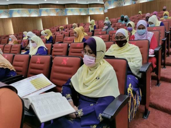 Antara peserta program World #QuranHour di Dewan Konvensyen Wisma Darul Iman terdiri dalam kalangan anggota Persatuan Suri dan Anggota Perkhidmatan Awam Malaysia (Puspanita) pada Khamis.
