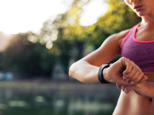 Mujer ejercitándose viendo smartwatch