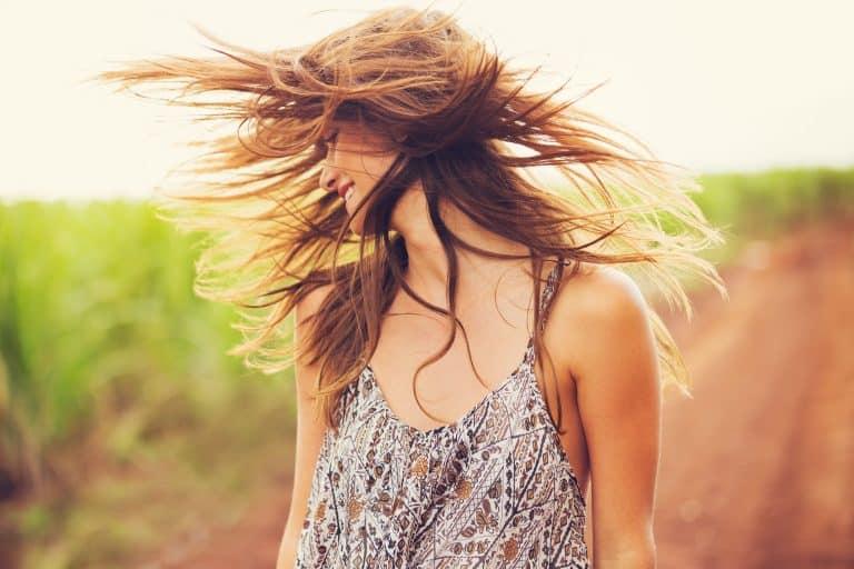 Mujer con cabello suelto