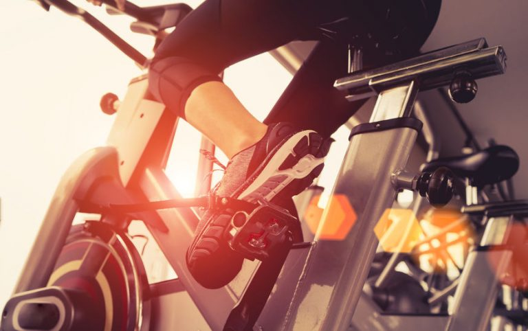 Mujer en bicicleta de spinning