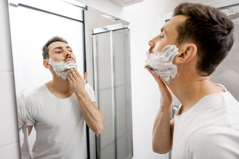 Persona con crema facial