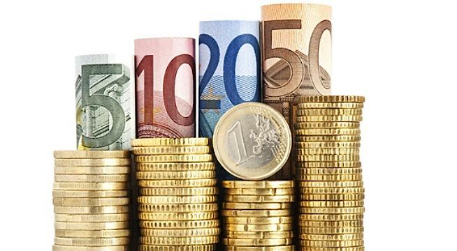 El juzgado de lo Mercantil de la Coruña ha emitido dos sentencias que desestiman acciones colectivas y también individuales, contra la venta de participaciones preferentes por parte de NCG Banco, Caixanova Emisiones y Caixa Galicia Preferentes. Según informa el Tribunal Superior de Xustiza de Galicia (TSXG), la magistrada de refuerzo reconoce en las resoluciones la existencia de prácticas abusivas por parte de las cajas de ahorros, aunque entiende que con la normativa en vigor, ya no se produce la comercialización de estos productos financieros en los términos expuestos por los demandantes. En esta línea, la juez sostiene que el riesgo de reiteración futura no existe en la actualidad, por lo que la acción colectiva de cesación, que está encaminada a que no se pueda seguir realizando la venta de preferentes en las condiciones que fueron denunciadas, ya no tendría efecto alguno. En lo tocante a las acciones individuales sobre las que se pronuncia la sentencia, se desestima la impugnación de los contratos por entender que no todas las condiciones de la contratación son abusivas. Sí se estima parcialmente una de las demandas, por entender que una de las condiciones sí lo es. Por ello, se condena a la entidad a eliminar dicha cláusula del contrato, pero no se anula el mismo, por sostener la magistrada que no afecta a los elementos centrales del contrato. Las sentencias no valoran si existen vicios de consentimiento, ya que la Audiencia Provincial de La Coruña acordó en un auto que todas las acciones planteadas al amparo de la normativa contractual civil han de ser planteadas en los juzgados de Primera Instancia (en el caso de La Coruña en el exclusivo de preferentes), y no en los juzgados de lo mercantil.