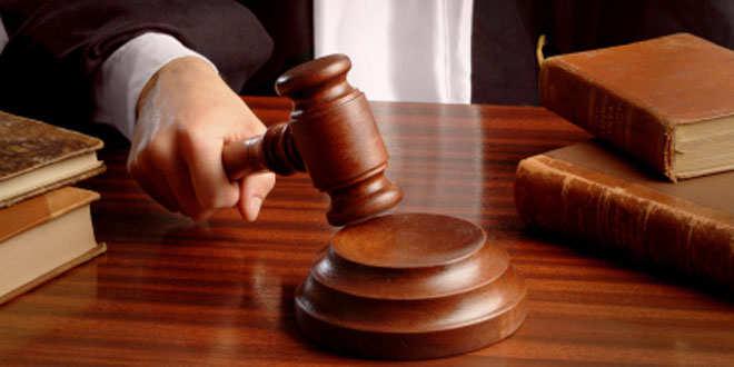 La sección cuarta de la Audiencia Provincial de Cantabria, rechazando un recurso interpuesto por la entidad financiera Bankia, se reafirma en la sentencia anterior del juzgado de Primer Instancia número 1 de Torrelavega y condena a esta a devolver 1,1 millones de euros a una pareja que firmó diversos contratos de preferentes y deuda subordinada entre 2009 y 2011. La primera sentencia con fecha en enero de 2014, condenó a la entidad Bankia a devolver la cantidad de 1,1 millones de euros, por el importe de los contratos más los intereses devengados hasta la fecha, descontando los rendimientos obtenidos por la pareja. La nueva sentencia, no hace si no, ratificar aquel primer fallo, aunque todavía cabe recurso contra esta. Según se desprende del escrito, los afectados suscribieron varios contratos de preferentes y deuda subordinada con Bankia, por un valor total de 1.150.000 euros. En la defensa, la entidad alega que actúo sólo como intermediaria entre Caja Madrid Finance Preferred, que era quien emitía este tipo de productos. La Audiencia recalca el hecho de que en los documentos firmados aparezca el membrete de Caja Madrid (ahora Bankia), los afectados contrataron el producto en sus oficinas, y además, ambas pertenecen al mismo grupo empresarial. Además, es preciso señalar, que es la misma entidad la que lleva a los afectados al error en la firma del contrato, al no ofrecer toda la información necesaria y al ofrecer un producto de tan alto riesgo a unos clientes minoristas, sin un claro perfil inversor. La entidad, por su parte, alega que se les entregó toda la documentación necesaria para conocer el producto en profundidad y achaca el problema a una falta de diligencia de los afectados a la hora de recibir dicha información. En contra de la contestación de la entidad, la Audiencia señala que la firma de unos documentos modelo, no significa que los clientes hayan leído y entendido la totalidad de las cláusulas documentales, y además, cabe señalar que no todas las pági