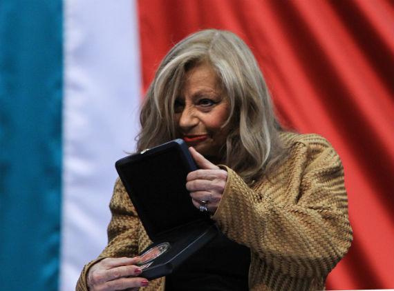 María José Tramini, su viuda, recibe una medalla en la Cámara de Diputados. Foto: efe