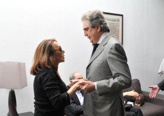 La escritora Beatriz Espejo recibe a Rafael Tovar y de Teresa en el sepelio. Foto: CONACULTA