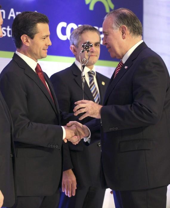 El Presidente Enrique Peña Nieto y Valentín Díez Morodo. Foto: Cuartoscuro