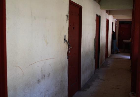 Las puertas se cierran con un candado y una cadena, porque no hay cerrojos. Foto: Antonio Cruz, SinEmbargo.