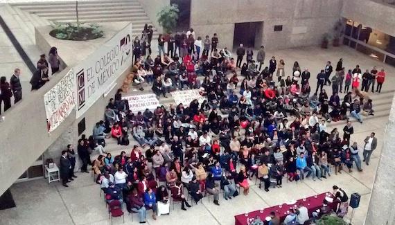 Padres de los normalistas reunidos con estudiantes del Colegio de México. Foto: Twitter @AnaG_Gonzalez