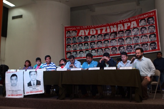 Conferencia de padres de los 43, luego de que la PGR diera por muertos a los normalistas Foto: Francisco Cañedo, SinEmbargo