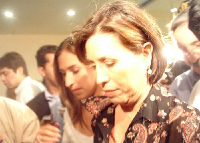 Rosario Robles acompañada de su hija Mariana Moguel, en la PGJDF cuando presentó una denuncia por difamación contra Rene Bejarano en 2004. Foto: Cuartoscuro