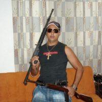 Funcionario de la Fiscalía de Guerrero y aspirante a dirigir la CDHE posa con armas