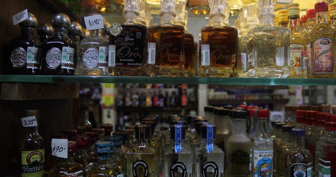 """sta noche el negocio familiar """"Nuestros Dulces"""" recibió el Record Guinness por contar con la variedad mas grande en Tequilas 100% de Agave disponibles comercialmente. Foto: Cuartoscuro"""