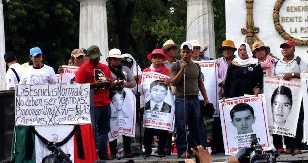 Manifestantes exigen que se esclarezca el caso de los 43 desaparecidos de Ayotzinapa. Foto: Luis Barrón
