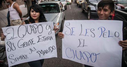 Alrededor de 30 personas, la mayoría jóvenes, realizaron una pequeña marcha a la catedral en apoyo a Joaquín ¨El Chapo¨ Guzmán en Culiacán, Sinaloa. el pasado 14 de julio. Foto: Cuartoscuro