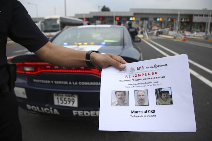 """Personal de la Policía Federal, reparten volantes con la cara de Joaquín Guzman Loera alias """"El Chapo"""" en las principales casetas y carreteras del país. Foto: Cuartoscuro."""