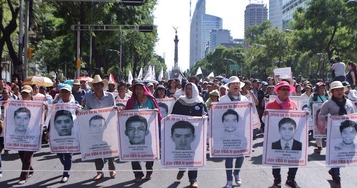 Ciudadanos marchan a 10 meses de la desaparición de los normalistas de Ayotzinapa. Foto: Francisco Cañedo, SinEmbargo