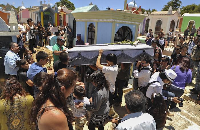 Familiares y amigos se despiden de la activista en Comitán, Chiapas. Foto: Cuartoscuro